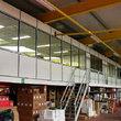 Tussenvloer voor kantoor - Groot  kantoor ruime met trap ingang