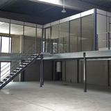 Tussenvloer voor kantoor - QV Motors - Magazijnruimte met laaddeur en een kantoorruimte