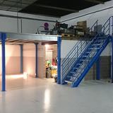 Tussenvloer voor opslag - Ladder appart gemonteerd van tussenvloer