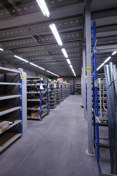 """""""Een magazijnruimte onder een platform."""" title=""""Een magazijnruimte onder een platform."""""""